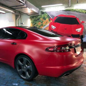 машина в красной матовой пленке